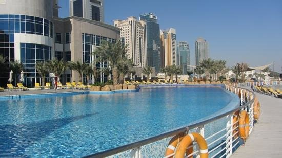 Hilton Doha: pool, most guests were probably to boring lectures