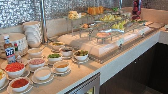 ฮิลตัน โดฮา โฮเต็ล: lounge, breakfast, eggs to order better in main restaurant