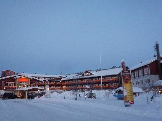 Hotel Hullu Poro:                   街から上がってくるとこのように見えます