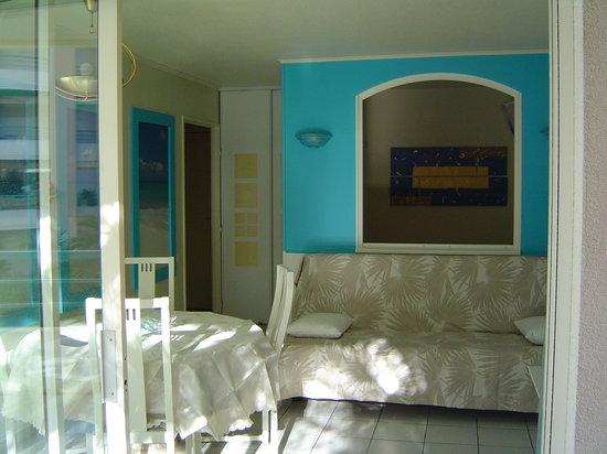 Residence Villa Borghese : Séjour et chambre en arrière plan
