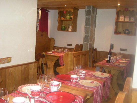 La table du berger:                   Une petite salle de resto typiquement savoyarde! trés jolie!