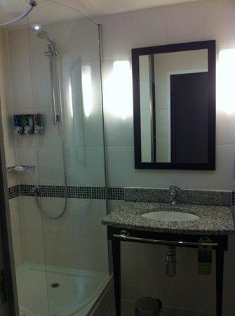 Hampton by Hilton Liverpool/John Lennon Airport: shower room
