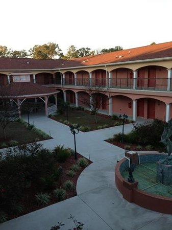 Best Western Wakulla Inn & Suites: courtyard