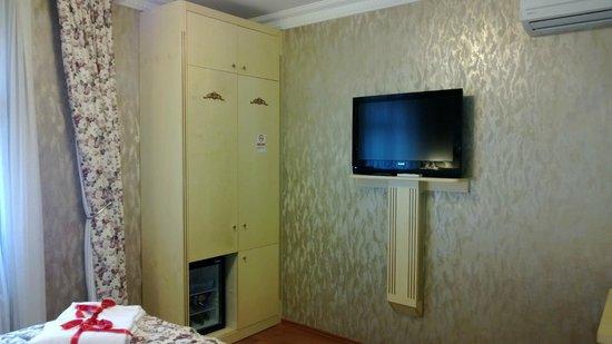 Angel's Home Hotel:                   Kleiderschrank (Safe innen) und Fernseher