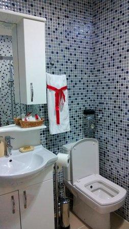 Angel's Home Hotel:                   Badarmatur und Toilette