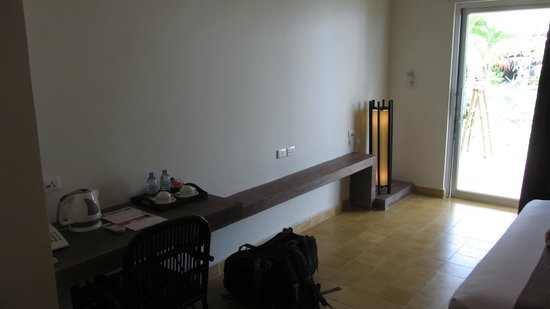 Battambang Resort: in fron of bed (sparse, isn't it ?