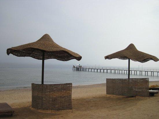 ذا ثري كورنرز سي بيتش ريزورت:                   stranden - inte en krusning på havet                 