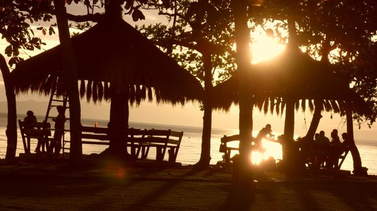 Albuera, Filipiny:                   Strandbereich bei Sonnenuntergang