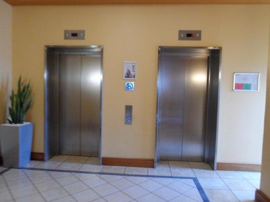 Mantra Mooloolaba Beach Resort: The lifts