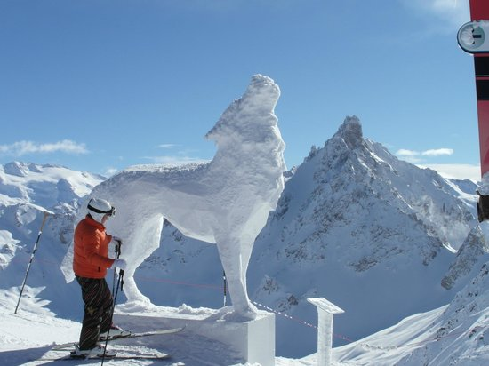 Club Hotel Les Christelles :                   Wolf Sculpture in Courcheval