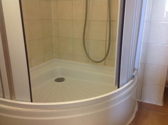 Hotel Denfert Montparnasse:                                     douche cassée (shower broken)