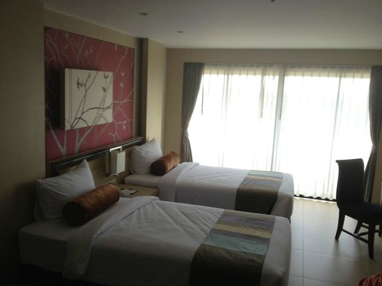 Rua Rasada Hotel & Convention Center: Twin beds in deluxe room