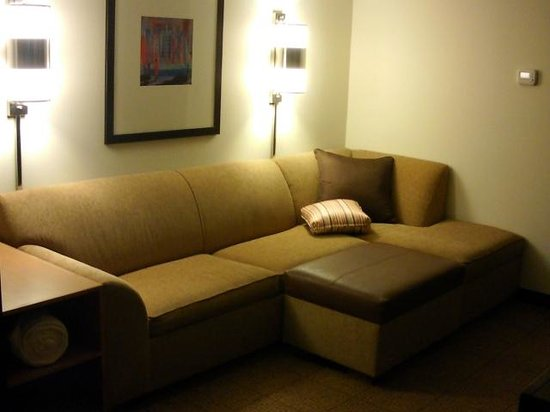 Hyatt Place Long Island East End: Couch in king size bedroom