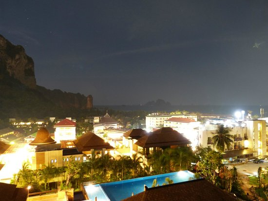Aonang Cliff Beach Resort:                   Partytown Aonang vom Zimmer im 3.Stock.
