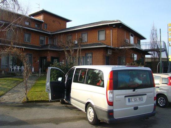 Hotel Paladini:                   estacionamento e entrada
