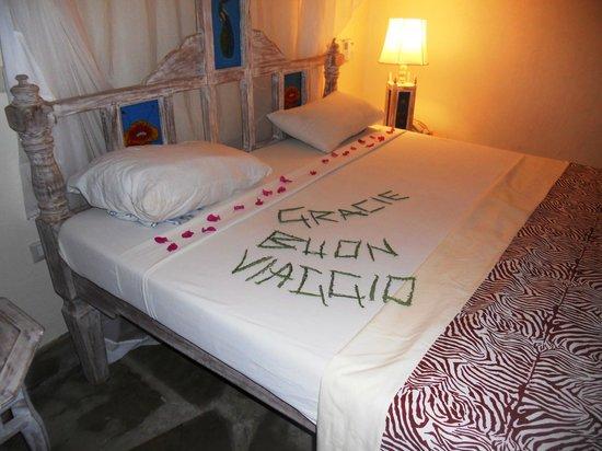 Jacaranda Beach Resort:                   letto con saluto delle sig.ra delle pulizie