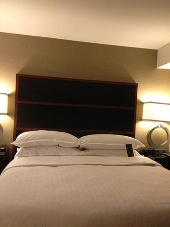Sheraton New York Times Square Hotel: bed