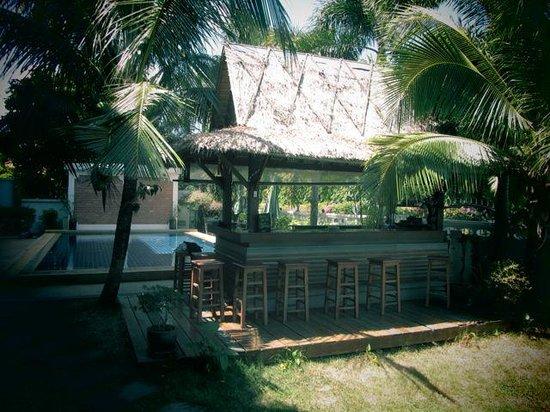 Baan Chayna:                   Sicht auf Bar und Pool
