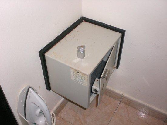 أر أي يو بالاس بونتا كانا - أول إنكلوسف:                   Room safe -- rusted and with old key and lock that did not fit the hole      