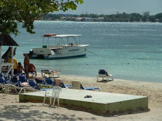 ClubHotel Riu Negril:                   beach with boat for hire