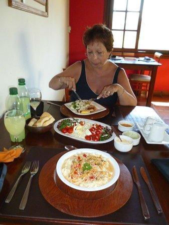 La Guarida Hotel:                   Deleitando un almuerzo después de la piscina.-