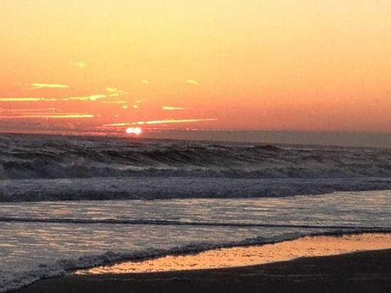 Hampton Inn & Suites Atlantic Beach:                   A short walk to a beautiful sunset
