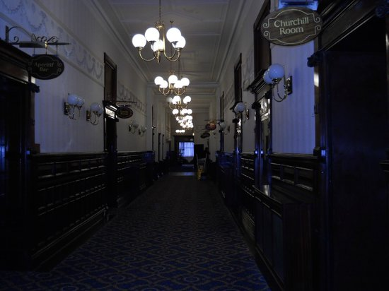 The Imperial Hotel: Corridor leading to restuarant