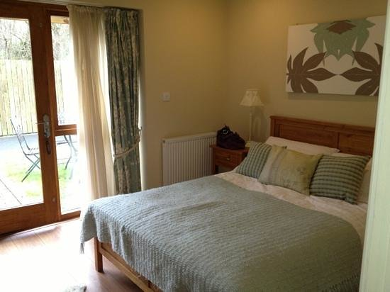 The Longlands Inn & Restaurant :                   ground floor bedroom with access to patio area