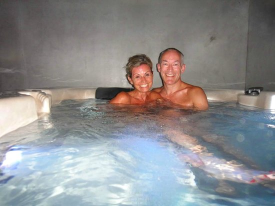 Kuramathi Island Resort: J & D in the hot tub
