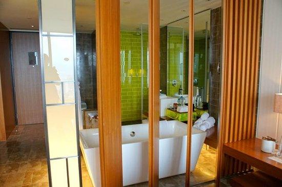 W Taipei:                   バスルームは木の板で仕切られています