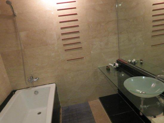 Kumudara Hotel Bagan: Modern bathroom