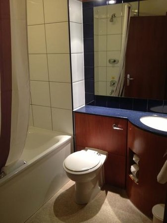 Premier Inn Watford Central Hotel:                   Bathroom - Room 309