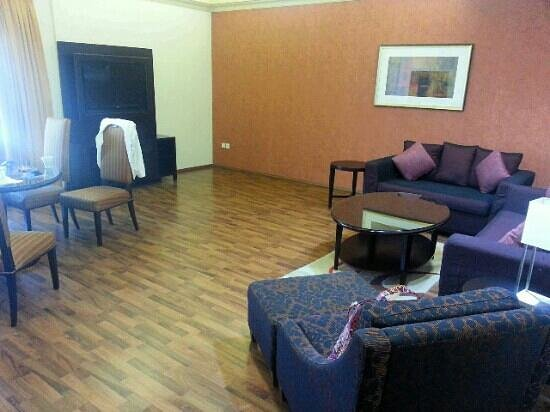 Al Khoory Hotel Apartments : Large, comfortable sitting room