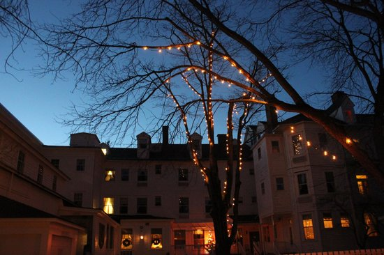 The Red Lion Inn: Hotel Exterior at Dusk