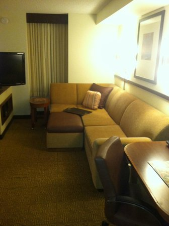 Hyatt Place Sacramento Roseville: Big couch and TV.