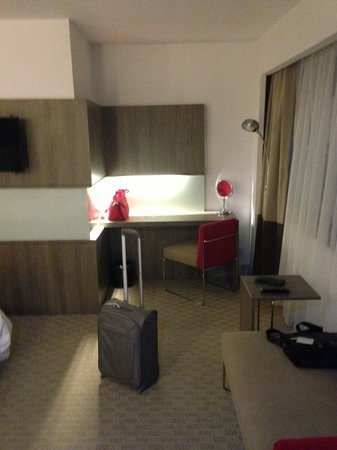 Hotel Novotel Jakarta Gajah Mada: desk table