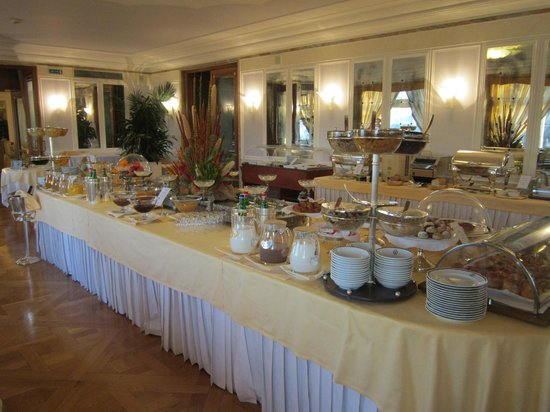 Grand Hotel Vesuvio:                   Breakfast buffet