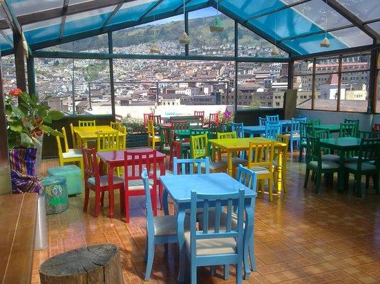 La Guayunga Hostel Quito:                   La terraza un lugar de ensueño por la  mañana