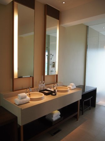 Vana Belle, A Luxury Collection Resort, Koh Samui: Spacious bathroom - but not luxurious