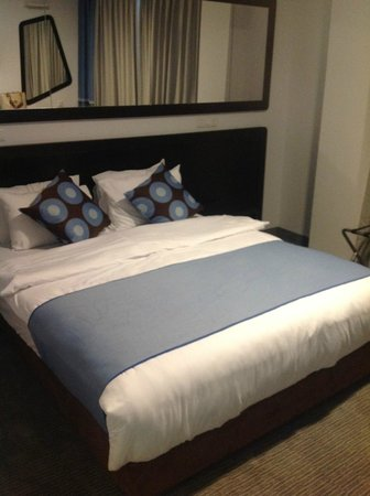The Embassy Hotel Tel Aviv: Comfortable queen sized bed.