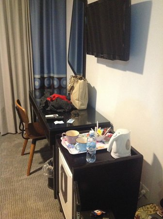 The Embassy Hotel Tel Aviv: TV and desk.