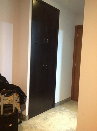 The Embassy Hotel Tel Aviv: Room entrance with wardrobe
