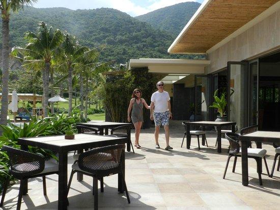 Mia Resort Nha Trang:                   Sandals Aussenbereich