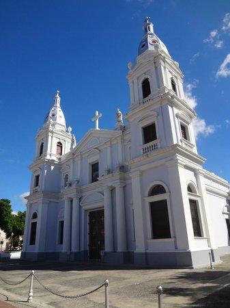 Hotel Belgica: Church in Square
