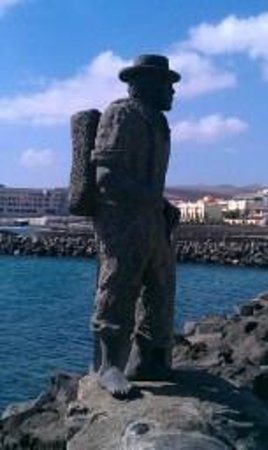 JM Puerto del Rosario :                   Waterfront statue - Puerto De Rosario