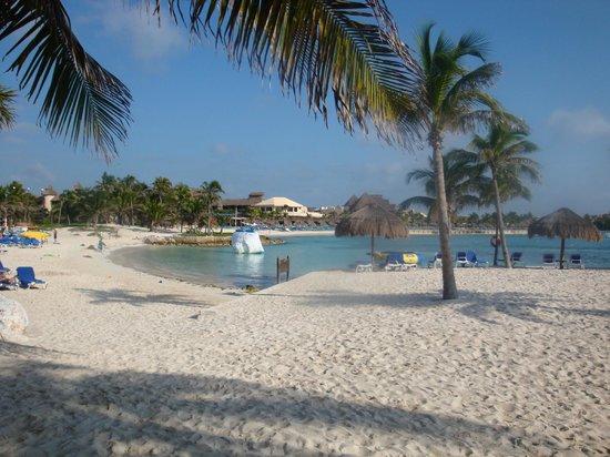 Dreams Puerto Aventuras Resort & Spa:                   very clean beach!!!