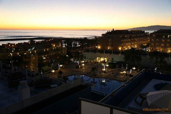 Mediterranean Palace Hotel:                   Blick zum Stand abends