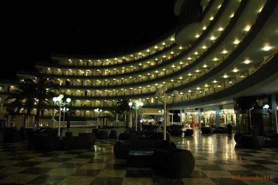 Mediterranean Palace Hotel:                   Innenhof, Blick zum Haus