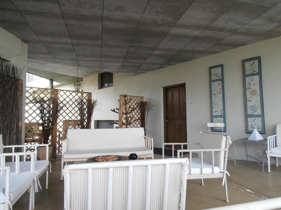Hotel Nabia:                   Zona comun exterior cubierta