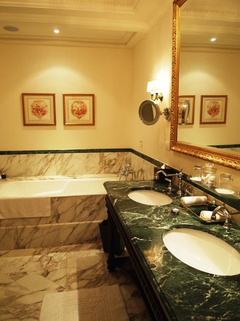 Four Seasons Hotel Firenze: tub